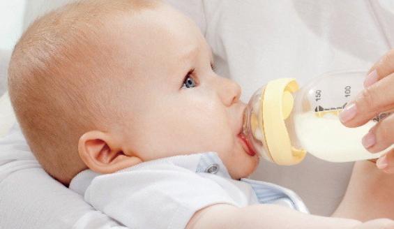 почему ребенок много срыгивает после кормления смесью