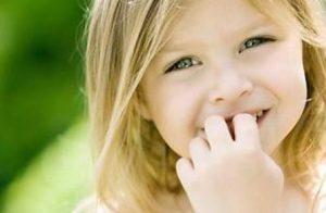 Миниатюра к статье Если ребенок грызет ногти, что делать: личный опыт. Простое средство для лечения взрослых.